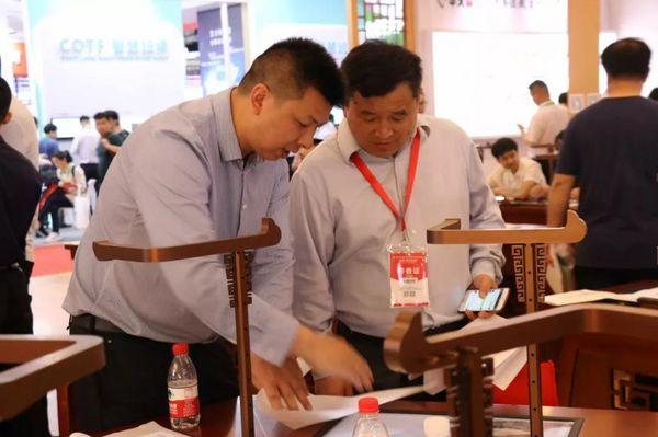 华文众合参加76届全国教育装备展会 多位领导莅临指导
