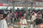 河南某中学食堂没凳子,原因让人哭笑不得……