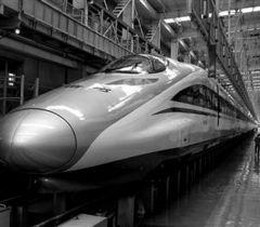我国时速超500公里高速试验列车落成