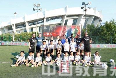 阿迪达斯携手曼联推动中国校园足球发展