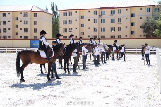 体育课:内蒙古超2000中小学生学马术